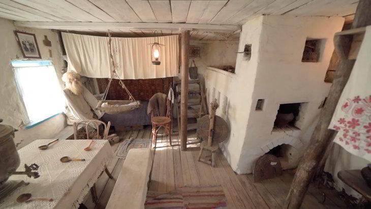 русская печь с лежанкой в деревенском доме фото